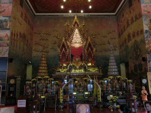 25年間メコン川の底に沈んでいたという本尊。<br />今では金箔が貼られてピカピカに輝いている。<br />タイでは有名らしい。