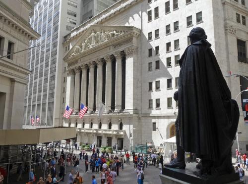 【ウォール街】<br /><br />ワシントンの像の向こうは,NYSE(ニューヨーク証券取引所)<br /><br />この近くにFRB(連邦準備銀行)やチェース銀行が軒を連ねていて,世界経済の中心といった感じ<br /><br />頭が切れそうなキャリア・ウーマンが颯爽と歩いているのを見かけましたが,この辺を歩いている大多数が観光客でした…