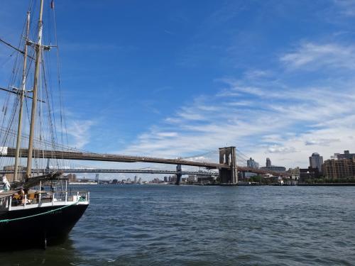 サウス・ストリート・シーポート(Pier17)から見たブルックリン橋