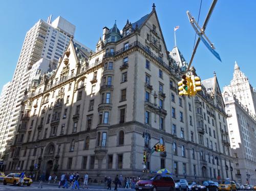 【ダコタ・ハウス】<br /><br />ジョン・レノンとオノ・ヨーコが住んでいた高級アパート<br /><br />この前の路上で,レノンが射殺された