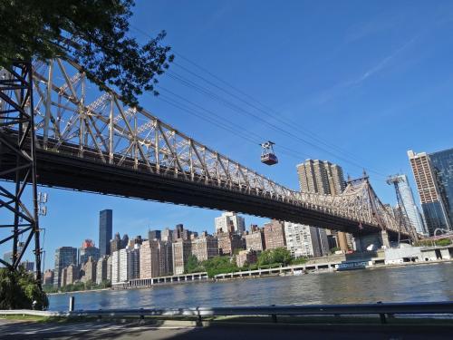 【クイーンズボロー橋】<br /><br />マンハッタン島とルーズベルト島(イースト・リバーにある)を結ぶ橋とトラム<br /><br />このトラムに乗りたくて,ルーズベルト島までピクニック!<br /><br /><br />※トラム運営会社<br />→http://rioc.ny.gov/tramtransportation.htm