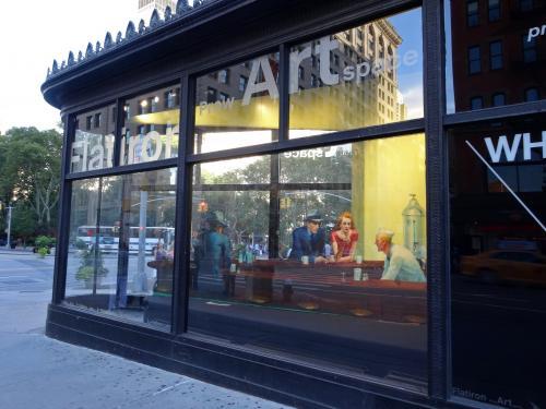 【フラットアイアン・ビル】<br /><br />1階の先っちょ三角形の部分は,アートスペースになっていて,書き割りのようなモノが置いてある<br /><br />ここは「Flatiron Prow Artspace」というそうで,エドワード・ホッパー「Nighthawks ナイトホークス」が期間限定で3D展示されていました<br /><br />こういう演出って,いかにもアメリカらしいね!