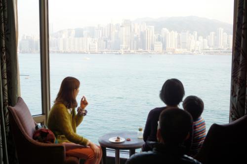 ラウンジからの眺め。向こう岸は香港島。<br />いわゆる香港な眺めです。<br />香港に来たんだという気分に浸ることしばし。