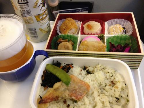お約束の機内食写真。<br />旅の始まりは最高に楽しい。