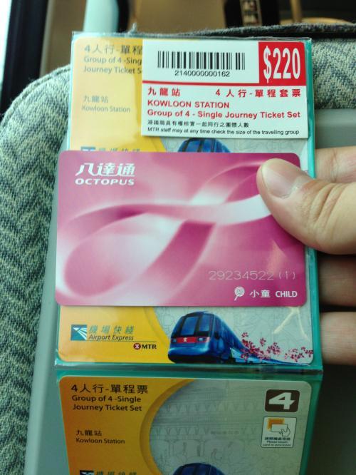 香港空港に到着!<br />OCTOPUSカードを購入。<br /><br />シャトルに乗り換えて、荷物がとにかく多いので<br />さっそく宿泊ホテルの「カオルーン・シャングリ・ラ」へ。<br />