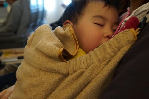 お陰さまで周囲の人たちに迷惑をかけることなくぐっすり寝てくれました。<br />ほっと一息。<br />