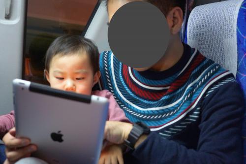 4時間のフライト中、とにかく泣き叫ばないことだけを祈りながら必死にあやす。<br />長男が小さい頃の海外旅行はポータブルDVDプレイヤーが必需品だったが、<br />今やiPadが最強ツールです。<br />いつもみているアンパンマンの動画を見せてなごませ続ける。<br /><br />