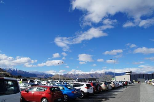 クイーンズタウンの空港でレンタカーを借ります。<br />レンタカー駐車場からの風景