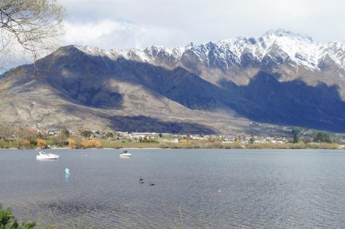 山の上には雪が積もっています<br />湖の湖畔のホテルに滞在中の子供たちが<br />水に入って遊んでいました。寒くないのかな〜?