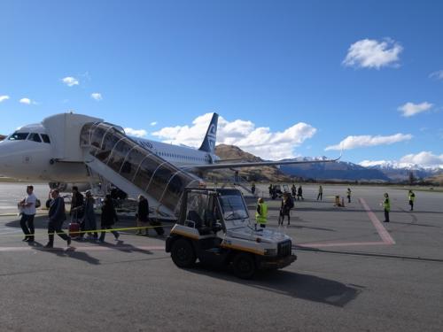 クイーンズタウン空港<br />無事着陸しました。周囲はぐるりと山に囲まれています。