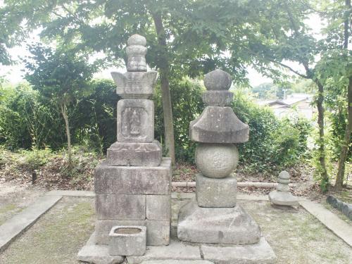 鑑真和上の供養塔(右)と、変形宝筺印塔(左)。
