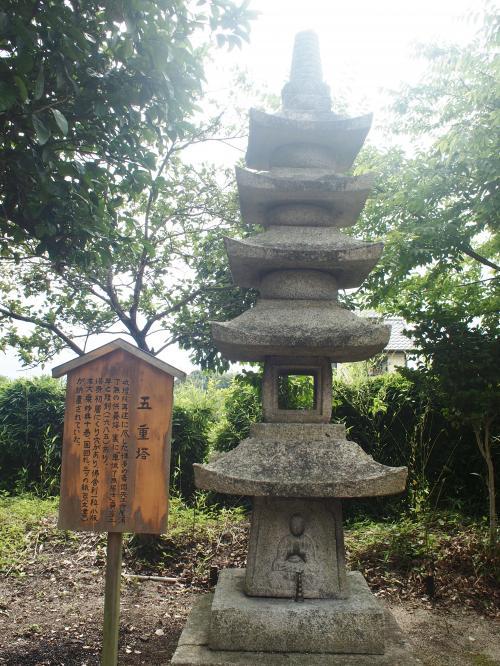 戒壇院の再建に尽くした博多の豪商、天王寺屋満了無の供養塔。