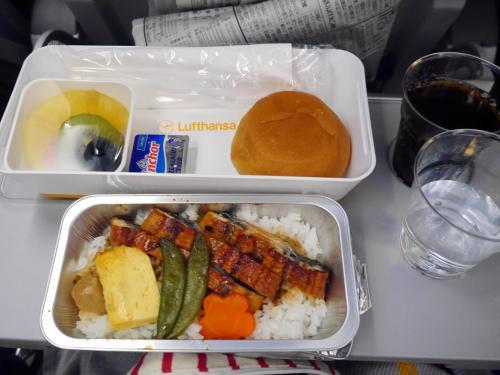 2回目に機内食  ウナギです★<br /><br />機内の映画は少し物足りないような・・・・<br />エミレーツには適いません。