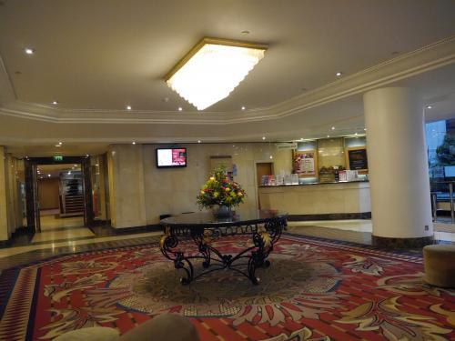 <br />飛行機に乗り遅れそうになりながら無事 ロンドン到着!<br />ホテルは「ibis london earls court」<br /><br />コンセントが少ない...<br />なかなか使い勝手の良いホテルでした。