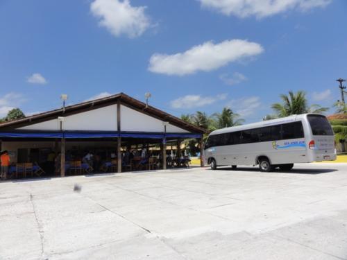 ・・・と、いうこともあり、サン・ルイスの街を出たのは8時過ぎ。<br /><br />途中の朝食休憩もたった10分になってしまいました。<br />運転手さんはパステル(ブラジルのスナック、油で揚げてある。)とコーヒーを採っていましたが、お客さんにとっては十分な時間じゃありません。<br /><br />そして、バスは遅れに遅れ、「遅くても12時」に着くはずが、何とバヘリーニャス(バヘィリーニャス)の町へ入ったのが、12時半。<br />そこから、ホテルをまわってお客さんを下ろしていくので、私が下車できたのは13時でした。<br /><br />もう、旅行会社をまわって安い料金を探している時間はないので、着いたと同時にホテルで申し込み。<br />VALEという旅行会社。料金はホテルに支払います。<br /><br />