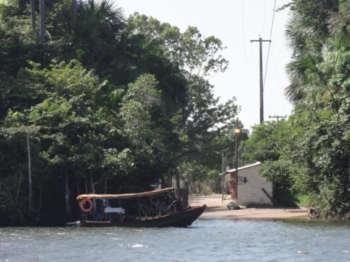 あの対岸を行ったり来たり。<br /><br />停泊しているのは、小さな渡し船。<br />村の人達用なのかな?