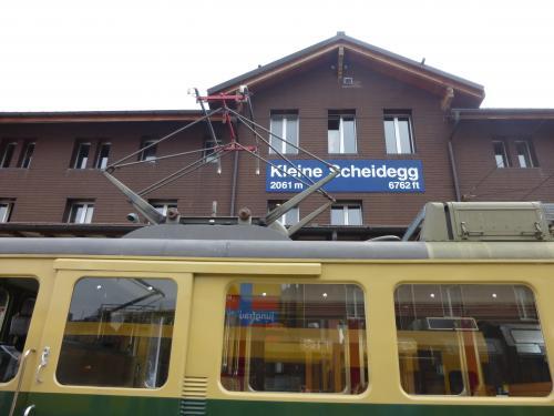 クライネシャイデックで登山列車に乗り換えます。<br />