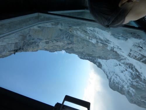 途中、2回停車して、登頂する人がどんな所を登っていくのか、見ることができます。<br />すっごい絶壁で、登山素人の私には、こんな所を登るなんて、信じられません!<br /><br />窓から絶壁の写真を撮ったので、うまく撮影できてません。<br /><br />(上りのルートのみ、途中下車できます。下りは下車できません)