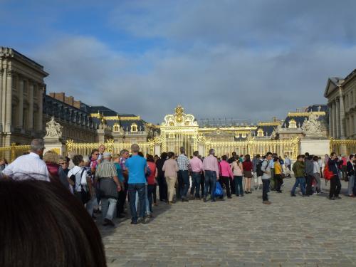ベルサイユ宮殿に到着して、まず、驚いたのが、観光客の多さです。<br />個人で宮殿内に入場しよう!という人たちの長蛇の行列ができていました。<br />いつになったら入れるの?っていうくらいです。<br />時期にもよるのでしょうが、個人で行かれる方は、早朝から行かれるか、どこかのツアーに参加されるのが無難かもしれません。<br /><br />団体ツアーでも、入場のタイミングがあって、私たちは予約時間には入れず、20分くらい待たされました。