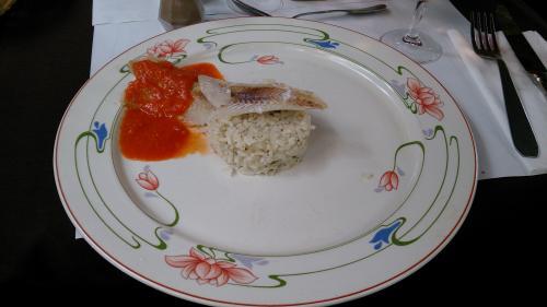私が選択した魚料理です。<br />何の魚かわからなかったのですが、食感は、一夜干しの鱈という感じでした。<br />こっちもおいしくなかったです。