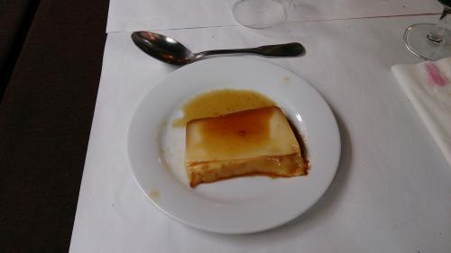 デザートはプリンでした。<br />これはちょっと甘かったですが、食べられました。<br />(といっても、残しましたが)