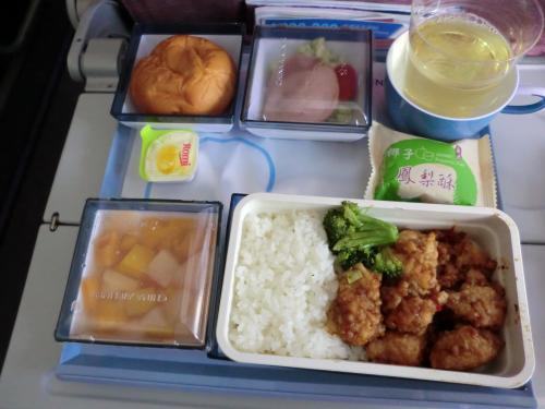 14:30 台北からホーチミンへ<br /><br />機内食は魚。<br /><br />飛行機寒すぎ!!<br /><br />