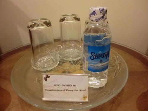 小さいサイズの水も毎日1人1本置いてくれてる。<br /><br />冷蔵庫に入ってる水は有料。
