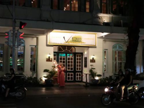 夜ご飯を食べに行く。<br /><br />ホテル出ると向かいにベトナムハウス。