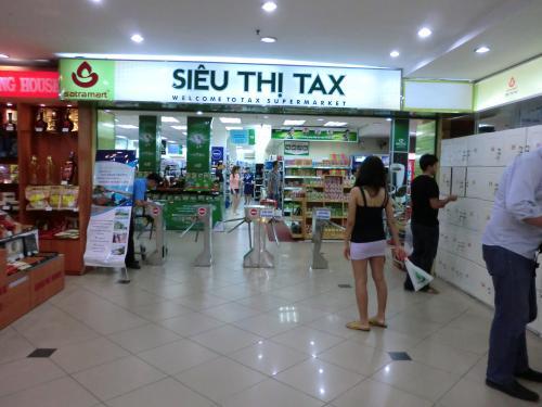 食後は歩いて国営百貨店の2階にあるTAXスーパーへ。<br /><br />途中雨降ってきた・・・<br /><br />荷物は右のロッカーに入れて財布だけ持って入る。<br /><br />生活用品とか日本と値段かわらないなぁ〜。