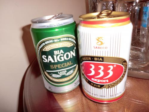 外は雨だし買ってきたビールで部屋飲み。<br /><br />ビールと水は安い!!<br /><br />左のサイゴンは12,000ドン<br /><br />右のバーバーバーは9,500ドン