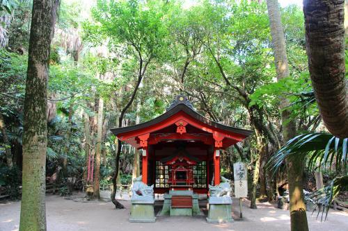 「元宮」<br /><br />熱帯のジャングルのような森の中にひっそりとたたずんでいます。とても神秘的〜。