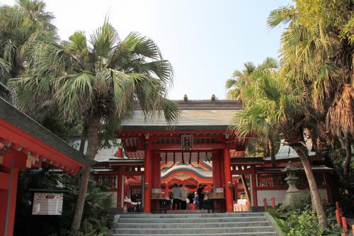 青島は熱帯・亜熱帯性植物の群生地として国の天然記念物に指定されています。ビロウの木に囲まれた神社は見慣れない光景ですね〜。