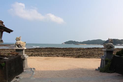神社を出るとそこは鬼の洗濯板が広がる海岸。