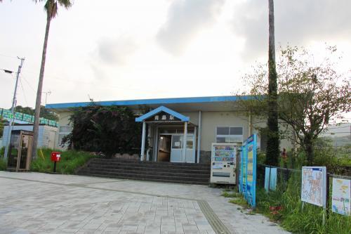 [JR青島駅]<br /><br />青島から徒歩で約10分程度、JR青島駅へ。 途中、歩道がきれいに整備された道を通りますが、観光客の人通りも無く...たいしたお店もなく...現在はさびれた観光地といった風情の町並みでした。青島神社自体には結構観光客はおりましたが…。