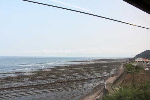 ワンマンのローカル列車で南へ向かいます。途中、海岸沿いを走ります。