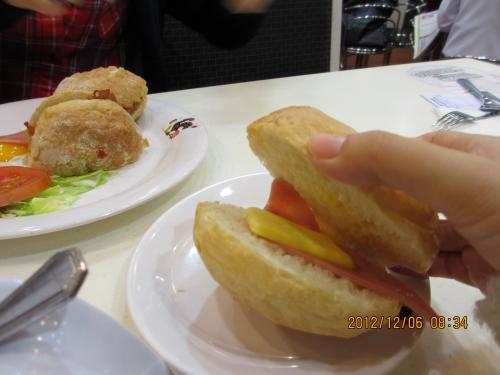パンもついてました。<br />ハムとバターつき。<br />これは別にいらなかったな(^^;)