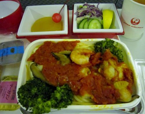 到着前の機内食。<br />午前3時にパスタ。<br />う〜〜、さすがにこの時間では胃が受け付けない。<br />ごめんなさい。まずくはなかったが、ほどんど残してしまった。