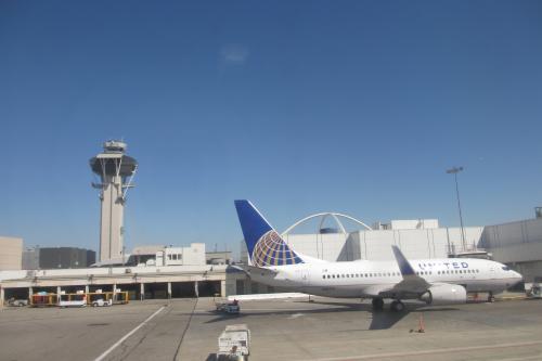 2013.9.7 sat<br /><br />Las VegasからLos Angelsへ到着<br />UA シルバーで前日にアップグレード♪<br /><br />UA448便はロスまでのほんの短い時間<br />でも・・・<br />UA1226便はハワイまでなので5時間はかかる<br />これをユナイテッドファースト(通常のビジネス)への<br />アップグレードは嬉しい<br /><br />何といってもシートがゆったりしている<br />