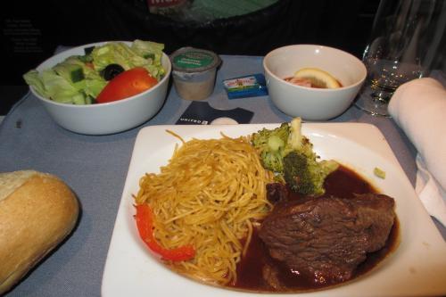 食事もエコノミーとは違う<br /><br />UAのお食事には全く期待していないが、<br />ビーフはまあまあだった