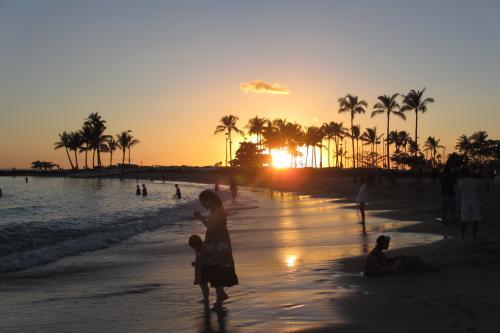 この時期の夕陽は<br />Grand Waikikian PH #3607から<br />残念ながら部屋からは見えない<br /><br />夕陽を見たければ、イリカイ側<br />海を堪能したければ タパタワー側になる<br /><br />毎日夕陽はビーチで撮影
