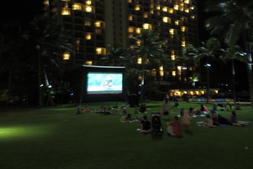 夏休みのお楽しみとして<br />週2回くらい<br />ラグーン前の芝生で子供用の<br />漫画が上映される<br />今夜はディズニーの映画だ<br /><br />プログラムはベルデスクでもらう
