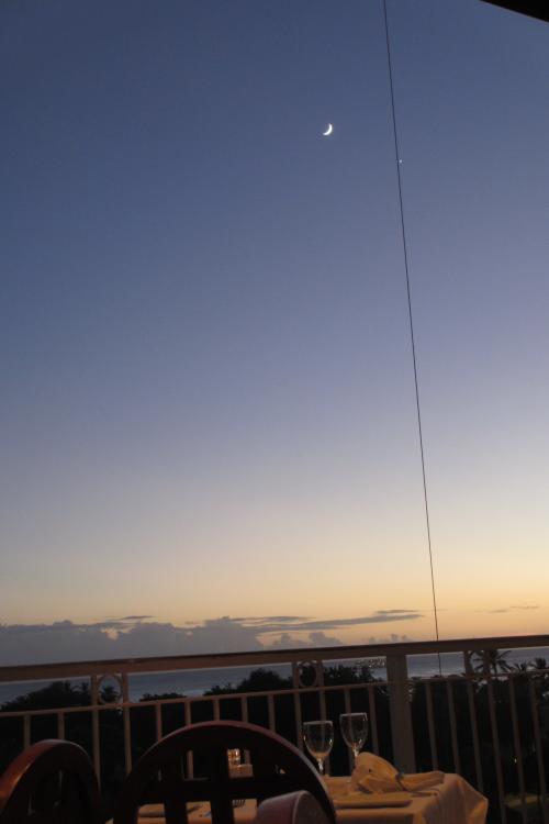 今夜は マリポサを予約<br /><br />アラモアナ・センターは<br />もうしまっているので<br /><br />レストランへはは<br />駐車場近くの入口から入る<br /><br />今夜は月が綺麗だ<br />テラス席からみる海の景色は美しい<br /><br />もう夕陽は見えない