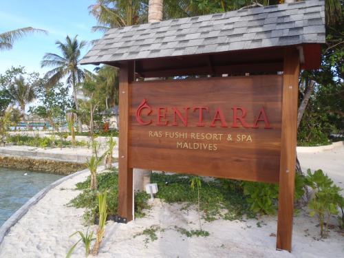 立て看板もまだ初々しいですね〜!<br /><br />ちなみに「センターラ・ラスフシ・ビーチ&スパ」とは「王様の島」を意味するとのことです。