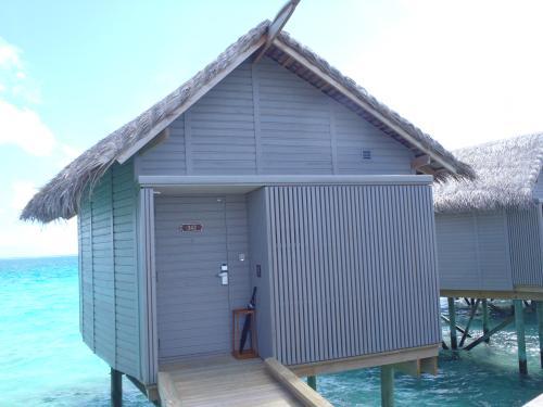 「デラックス水上ヴィラ」<br />こちら正面、入口です。<br />急なスコールに備えて雨傘が用意されています。