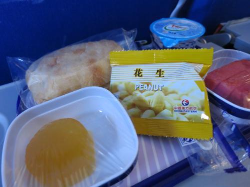 16時45分(上海時間で15時45分)<br /><br />飲み物より先に「昼?夜?なにご飯?」<br />サンドイッチに寒天?とスイカ<br /><br />