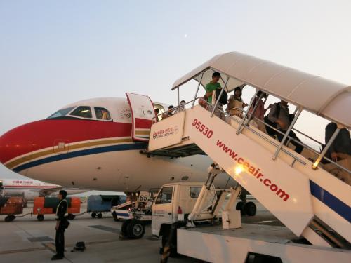 何年振りだろう?上海に到着<br /><br />バカでかい空港のど真ん中で降ろされる<br /><br />広過ぎて空港の端が見えないのか?<br />これが噂の汚染なのか?<br />