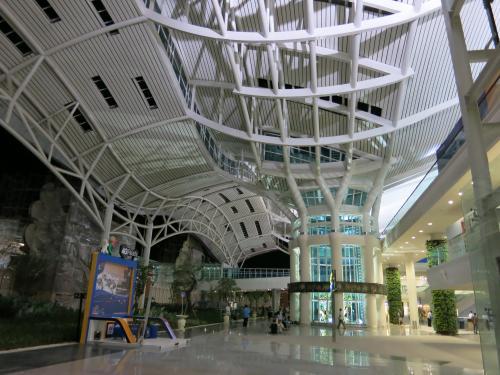 忘れもしない2008年11月<br />深夜のお迎えが来なくて、薄暗い空港のベンチで夜を明かしたっけ<br /><br />《その時の旅行記》<br />2008 初バリ上陸!アメッドでダイビング 1<br />http://4travel.jp/traveler/-macha-/album/10288977/<br /><br />今回も到着は夜中、しかも1時間遅れて朝の4時前<br />心配だぁ。。。<br /><br />だけど、こんなピカピカの新空港なら、どこでも寝れそう<br />