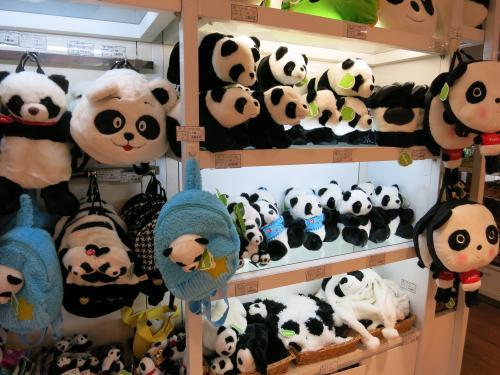 せっかくなので中国っぽさに浸る<br /><br />パンダちゃん♪<br />  パンダちゃん♪<br /><br />数年前、上野に行くより手っ取り早いって<br />上海にパンダ見に来たっけ(笑)