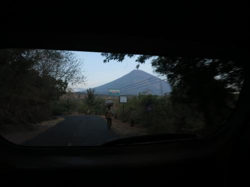 朝6時<br /><br />アグン山が背中に<br /><br />立派な山だ