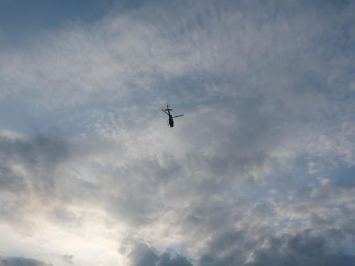始球式のボールがヘリコプターから落とされる。
